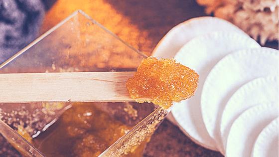 Exfoliante facial casero de azúcar y aceite de coco.