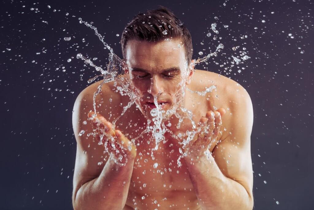 Belleza masculina limpiar y exfoliar