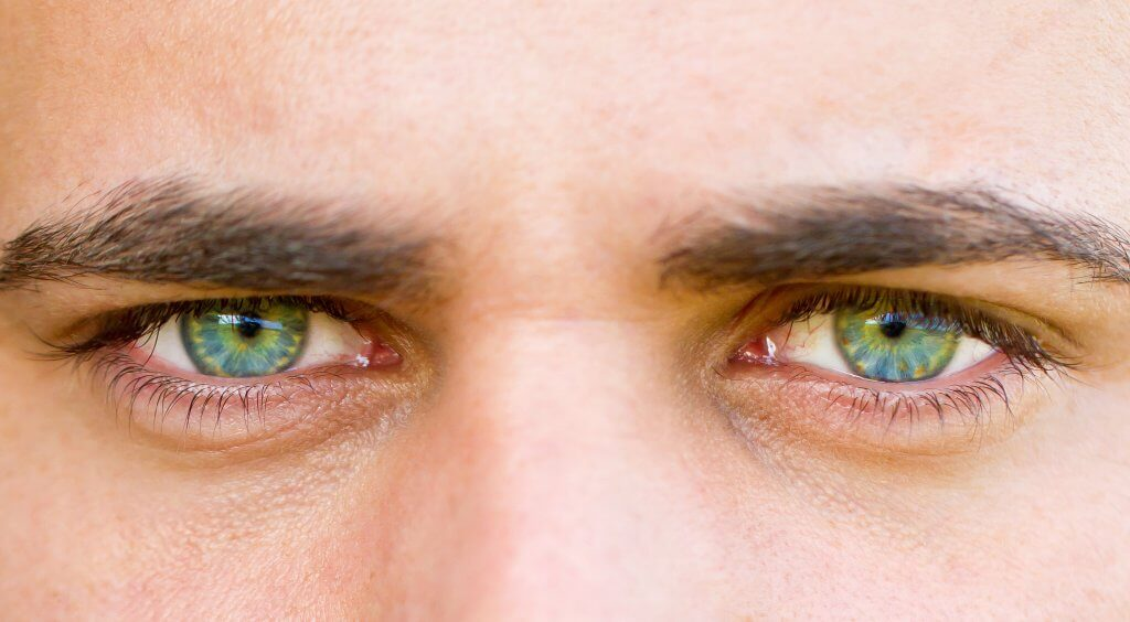Belleza hombres cejas depiladas con Hilo